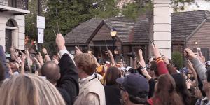 Alan Rickman: i fan di Harry Potter alzano le bacchette in ricordo dell'attore al parco di Orlando!