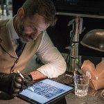 Justice League: Zack Snyder disegna una scena con Deathstroke indossando un guanto di Batman!