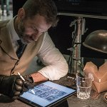 Justice League: Zack Snyder in una nuova foto dal set e i supereroi in copertina su Sci-Fi Now