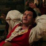"""La Bella e la Bestia: Josh Gad e Luke Evans cantano """"Gaston"""" in una nuova clip ufficiale"""