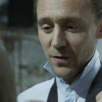 Tom Hiddleston impartisce una lezione sugli accenti inglesi in un video