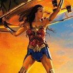 Wonder Woman: Gal Gadot solleva un carro armato nel nuovo poster