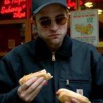 Robert Pattinson vuole disperatamente un hot dog in un corto realizzato per GQ