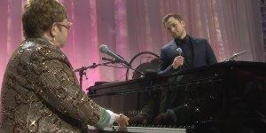 Rocketman: Taron Egerton canta Tiny Dancer accompagnato da Elton John durante un party degli Oscar