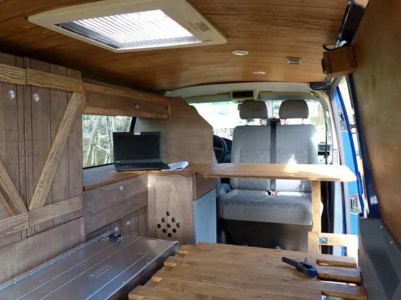 Camper Ausbau mit Doppelsitz Drehkonsole.