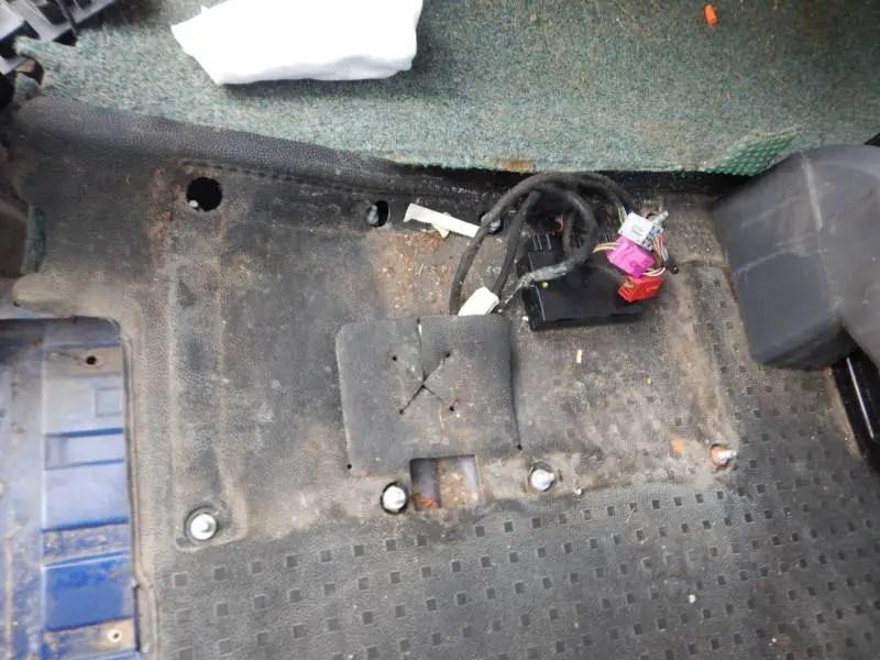 Die Drehkonsole für die Doppelsitzbank auf die 8 Schrauben aufsetzten und festschrauben.