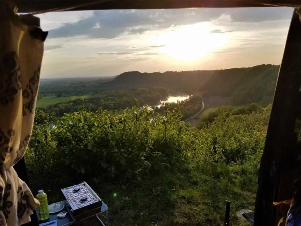 Mit Blick vom Camper auf den Inn. Mit dem Camper durch Bayern.