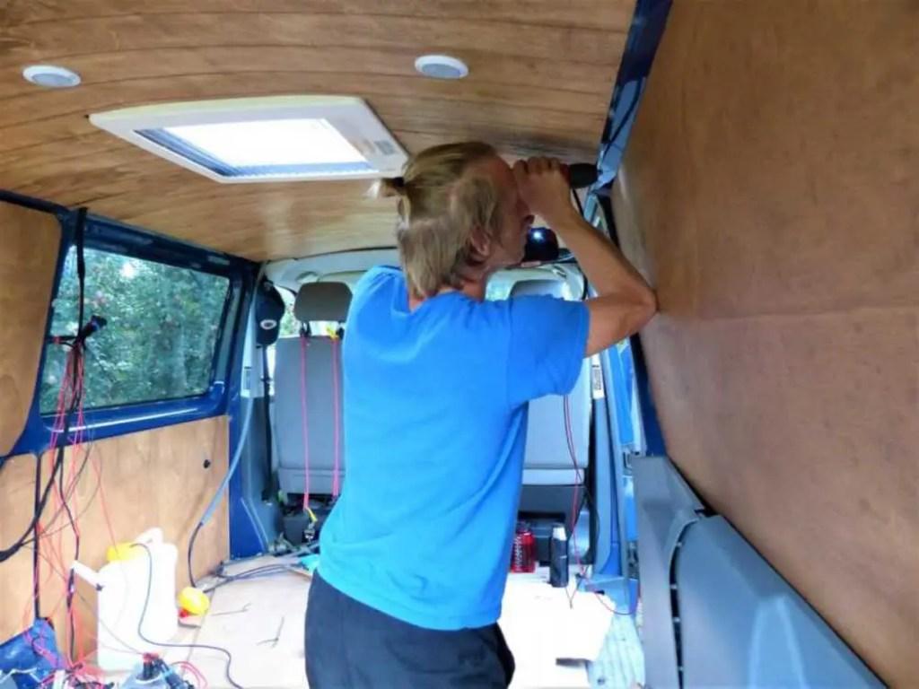 Die Holzverkleidung im Camper wird an der Karosserie fixiert.