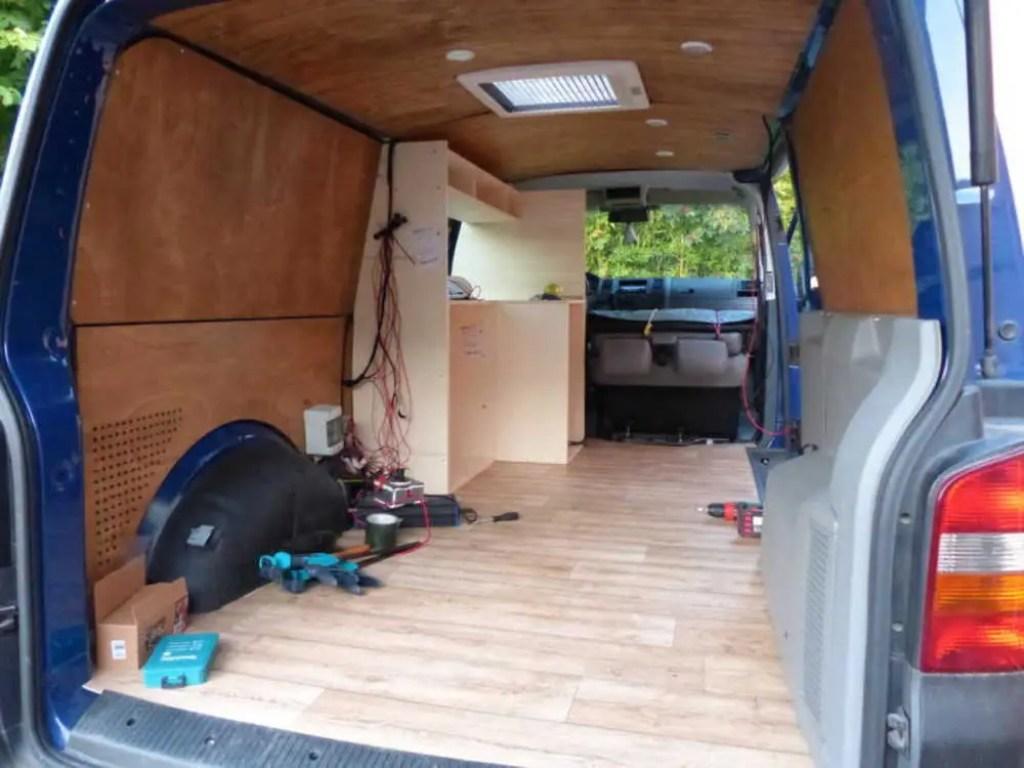 Der Bau der Möbel für den Camper beginnt.