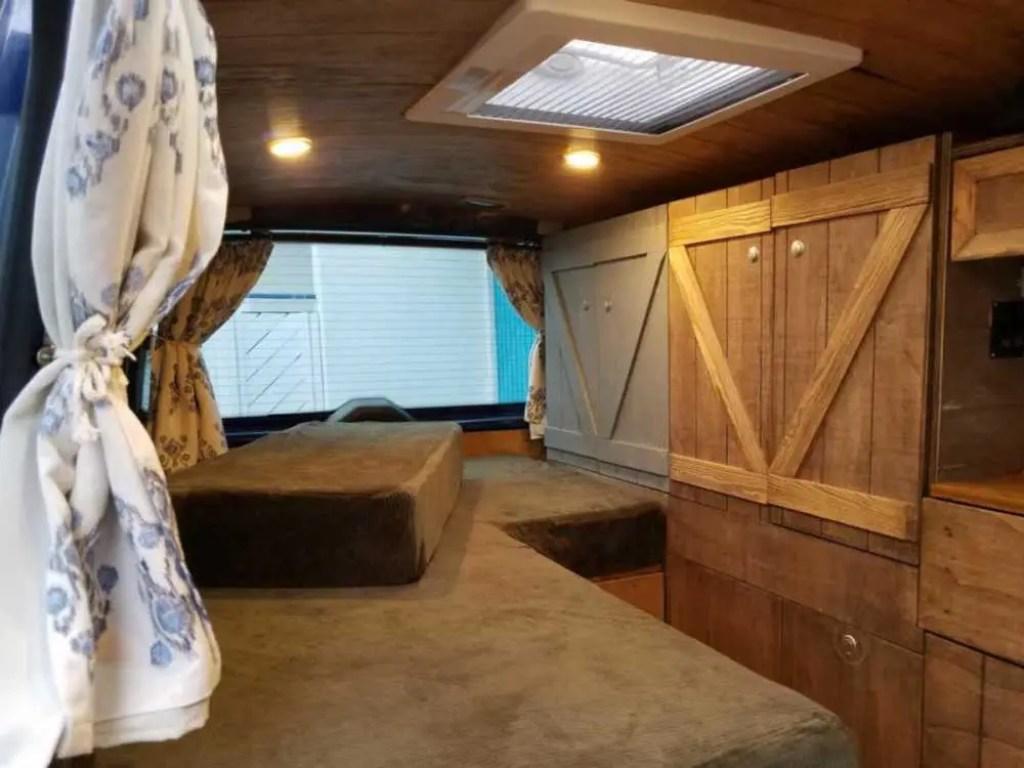 Die fertigen selbst gebauten Möbel im Camper.