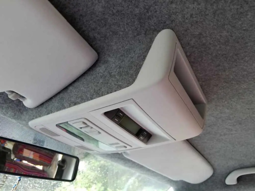 Dachhimmel im VW Bus mit Filz beziehen.