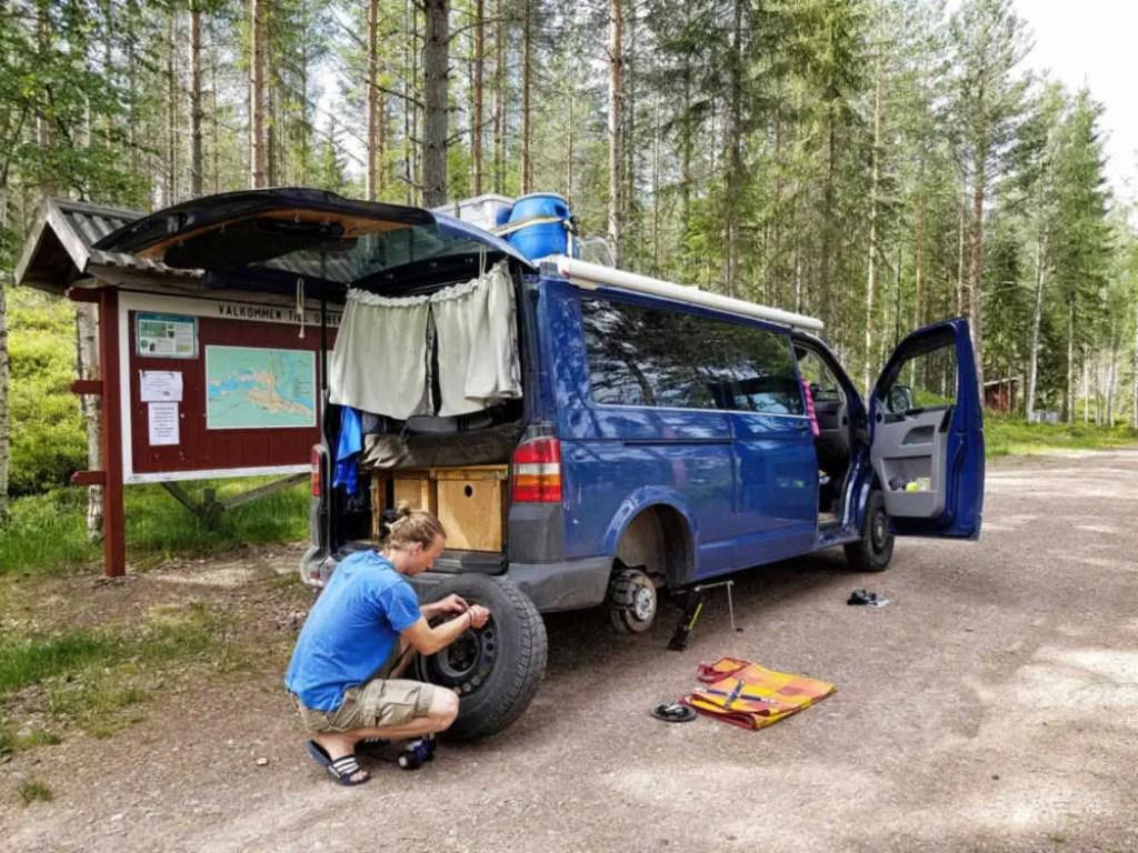 Reifenpanne auf Tour. Mit der richtigen Ausrüstung Pannen auf Reisen bewältigen.