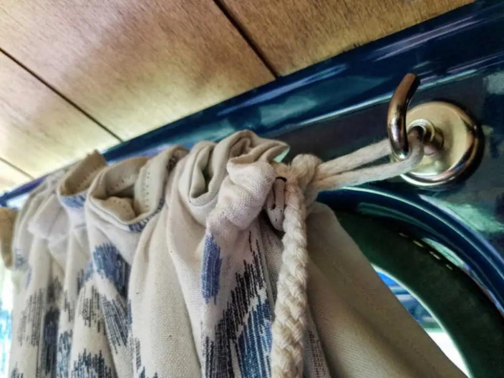 Blickdichte Vorhänge im Camper mit Magneten befestigen