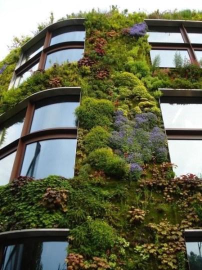 """Simplesmente amo estas """"fachadas verdes"""", quem sabe o futuro da nossa selva de pedras? Imagem: Pinterest"""