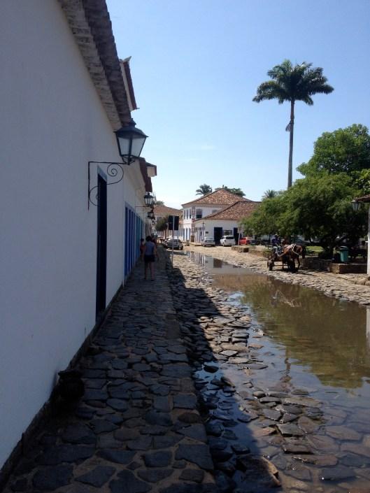 Uma rua ainda alagada da maré