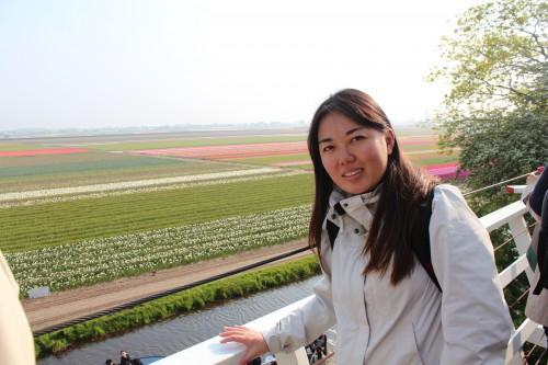 Simone apreciando os bulb fields de Keunkenhof