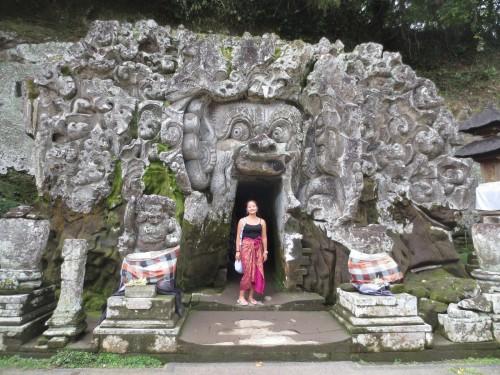 Em um dos templos de Bali, vestindo sarong