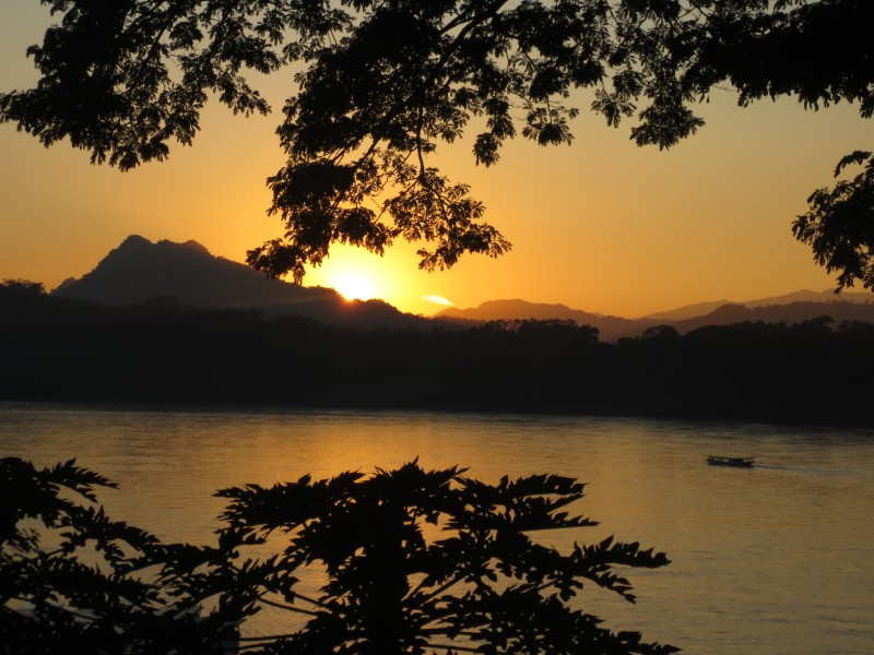 Por do sol no Rio Mekong.  Dispensa explicações.