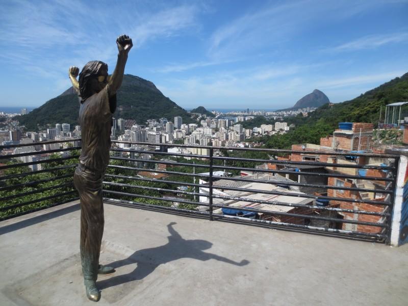 favela tour RJ_estatua mj