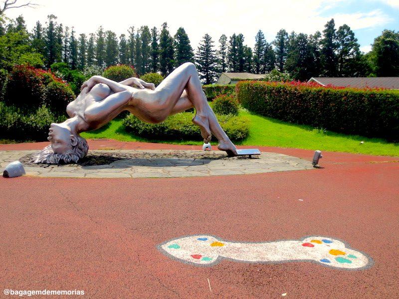 Essa escultura te recebe logo na entrada do parque
