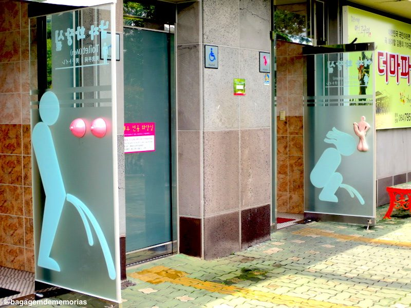 Repare nos puxadores das portas dos banheiros