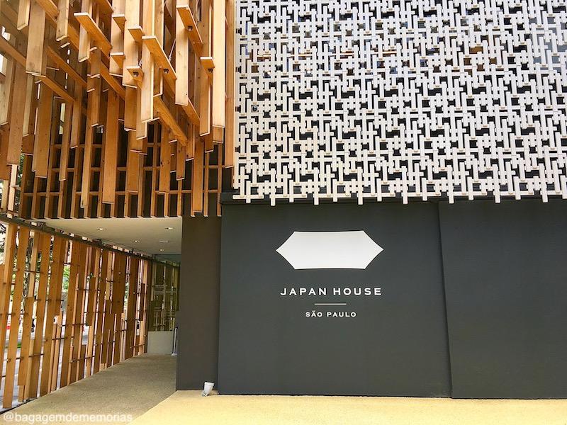 Japão e Brasil na fachada da Japan House. As madeiras encaixadas dividem espaço com o cobogó.