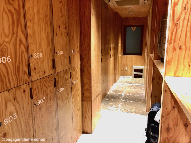 Hotel cápsula no Japão: Armários com chave para itens de valor. As malas grandes ficam nas prateleiras ou no chão.
