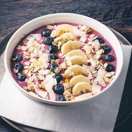 Smoothie bowl med kokos og blåbær