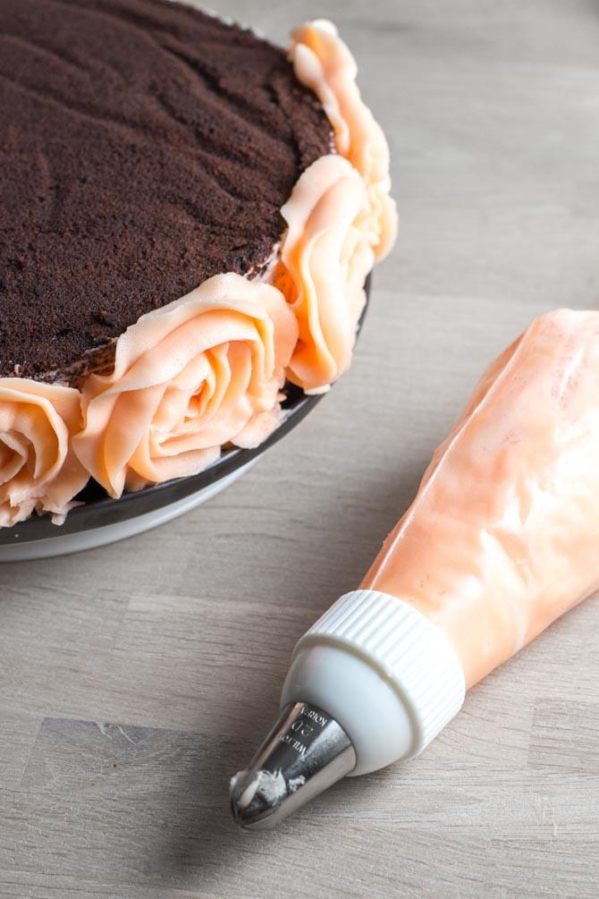 Sprøjte roser på kage