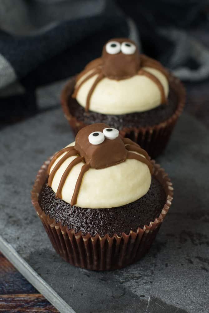 Halloween cupcakes med edderkopper