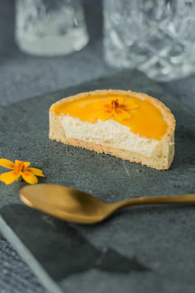Tærte med passionsfrugtmousse og passionsfrugtgelé