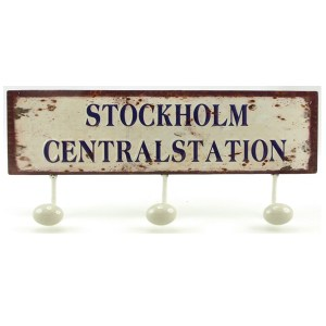 Retro skylt i metall med tre krokar Stockholm Centralstation