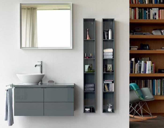 Mobile con composizione bagno con mobile da 85cm con struttura nera, lavabo incasso, pensile e specchio contenitore. Mobile Da Bagno Sospeso Con Colonne Pensili L Cube Duravit