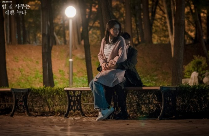 Live Recap for episode 15 of the Korean drama Pretty Noona Who Buys Me Food (aka Something in the Rain) which airs on JTBC on Friday and Saturday at 23:00 Seoul time, and stars Son Ye-Jin and Jung Hae-In