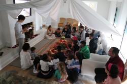 À Marbella, en Espagne, des enfants se rassemblent sous une tente pour recréer les conditions du jardin du Riḍvan, où Bahá'u'lláh est resté avec ses compagnons avant son nouvel exil de Bagdad à Edirne.