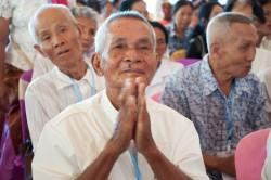 Des participants lors de la cérémonie d'inauguration du temple de Battambang