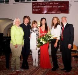 De gauche à droite : Helga Longin, qui a participé à la préparation de la célébration, Peter Windholz, le président d'Unser Bruck Hilft!, Serafia Myriknopoulou, la directrice de l'école de musique locale, Dorothy Bayer, la représentante de la communauté bahá'íe, Isabel Philipp, conférencière à l'évènement, et Behrooz Zarifzadeh à la célébration du 200e anniversaire de la naissance de Bahá'u'lláh, à Bruck an der Leitha, en Autriche.