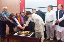 La députée Asiya Nasir et d'autres orateurs ont coupé des gâteaux lors de l'évènement organisé en l'honneur du 200e anniversaire de la naissance de Bahá'u'lláh.