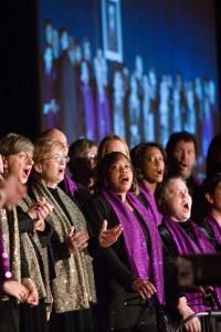 Le site témoigne de la diversité de la communauté mondiale bahá'íe et de l'ampleur de ses activités. Cette photo provient de Chicago, aux États-Unis. La chorale de la maison d'adoration bahá'íe y chante le 6 décembre 2008, à l'une des 41 conférences régionales organisées à travers le monde par la Maison universelle de justice.