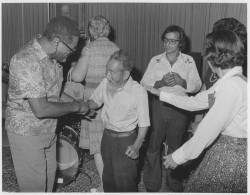 Dizzy Gillespie salue Saichiro Fujita, personnalité éminente de l'histoire bahá'íe et l'un des premiers bahá'ís japonais. Cette photographie a été prise au Centre mondial bahá'í en 1975. Gillespie a donné un concert lors de sa visite à Haïfa cette année-là.