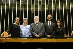 De gauche à droite: la députée Erika Kokay ; Liese von Czékus, la secrétaire de l'Assemblée nationale des bahá'ís du Brésil ; le député Luiz Couto ; et Pejman Samoori et Carolina Cavalcanti, représentants de la communauté bahá'íe.