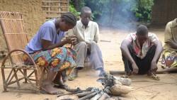 À Ditalala, les villageois commencent la journée en se réunissant pour prier.
