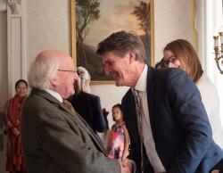Le président irlandais Michael Higgins saluant les membres de la communauté bahá'íe lors de la réception du bicentenaire