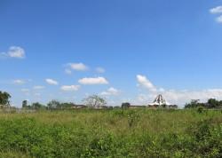L'édifice principal du temple en construction dans le Norte del Cauca, vu depuis le site du « Bosque Nativo » (forêt naturelle)
