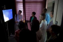 Des invités à la commémoration se sont déplacés à travers une série de « zones » dans lesquelles ils ont découvert divers aspects des enseignements et de la vie de Bahá'u'lláh. Dans la zone 1, les participants ont regardé une vidéo d'ouverture qui les a orientés avant de partir dans leur voyage à travers l'exposition.