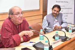M. Jalali s'exprimant sous le regard attentif du président de la réunion, M. Suresh.