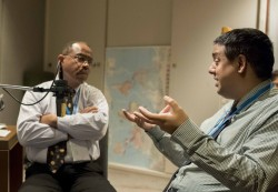 Taraz Nadarajah (à droite), membre du Corps continental de conseillers pour l'Australasie, s'entretient avec Mark Sisson, membre du Corps de conseillers pour les Amériques.