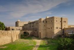 La prison où Bahá'u'lláh a passé deux ans, deux mois et cinq jours était une caserne militaire. Sur cette photo récente, les deux fenêtres les plus à droite du niveau supérieur sont celles de la pièce occupée par Bahá'u'lláh.