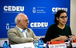 Leila Sant (à droite), du bureau des Affaires extérieures de la communauté bahá'íe espagnole, parlant des causes de la radicalisation violente, sous le regard attentif de Juan Jose Tamayo, théologien et directeur de la chaire d'Études religieuses de l'université Carlos III.