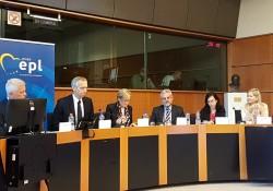 Rachel Bayani (à droite), représentante du Bureau de Bruxelles de la Communauté internationale bahá'íe, participant, le mois dernier, à une réunion au Parlement européen sur la situation de la liberté de religion et de conviction dans le monde. L'évènement était animé par Andrzej Grzyb (à gauche), membre du Parlement européen, de Pologne.
